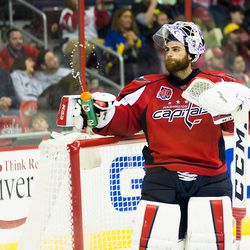 Holtby Squeezes Water Bottle Angrily