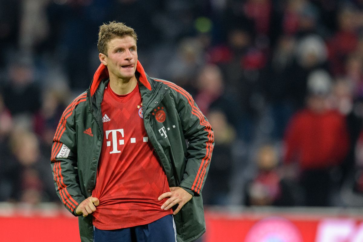 24 November 2018, Bavaria, München: Soccer: Bundesliga, Bayern Munich - Fortuna Düsseldorf, 12th matchday in the Allianz Arena. Thomas Müller from FC Bayern Munich is standing on the pitch after the game with his hands on his hips.