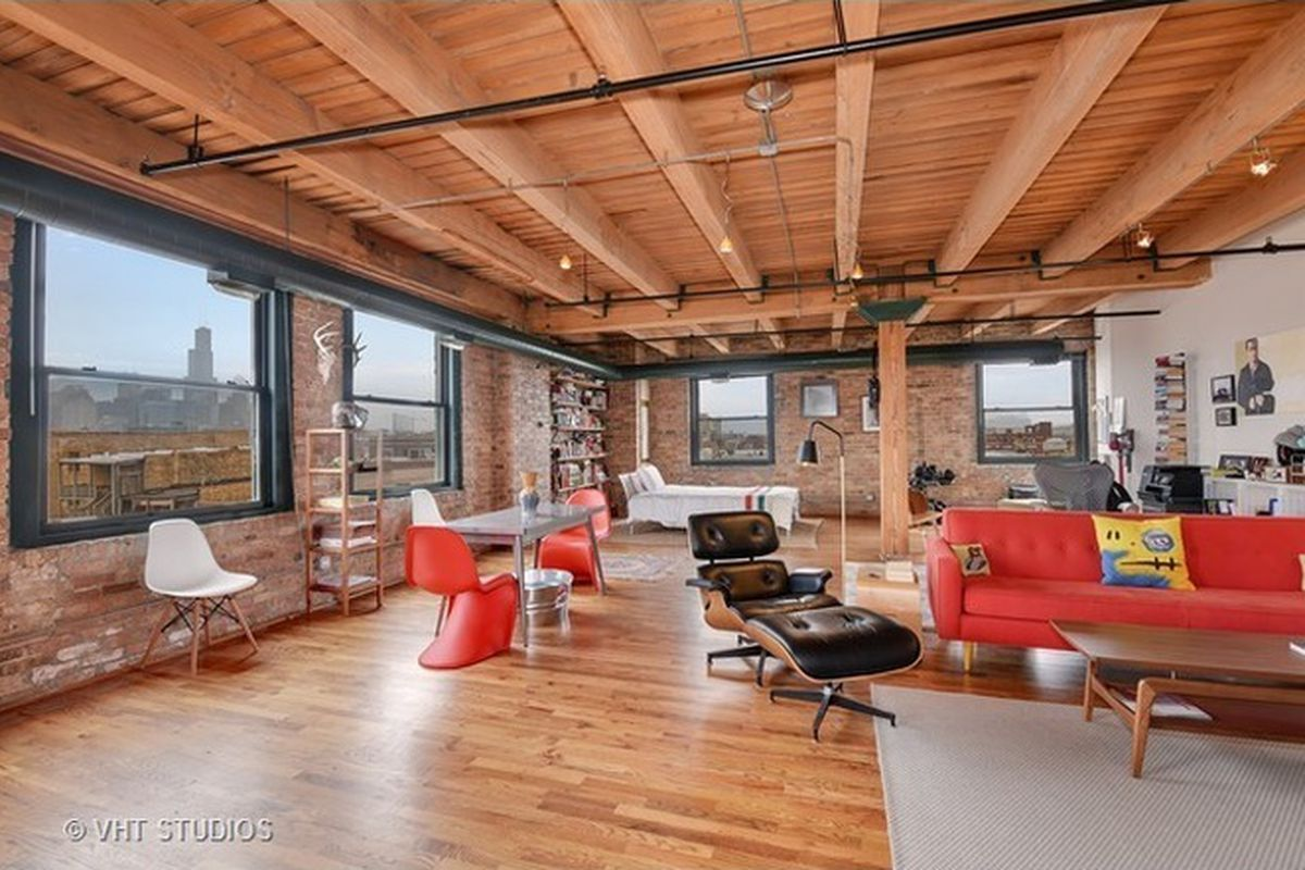 Live Wall Free In This Roomy West Town Timber Loft For