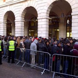 """London's line this morning at the Covent Garden Apple Store, via <a href=""""http://lockerz.com/s/146956055"""" rel=""""nofollow"""">@henryholland</a>"""