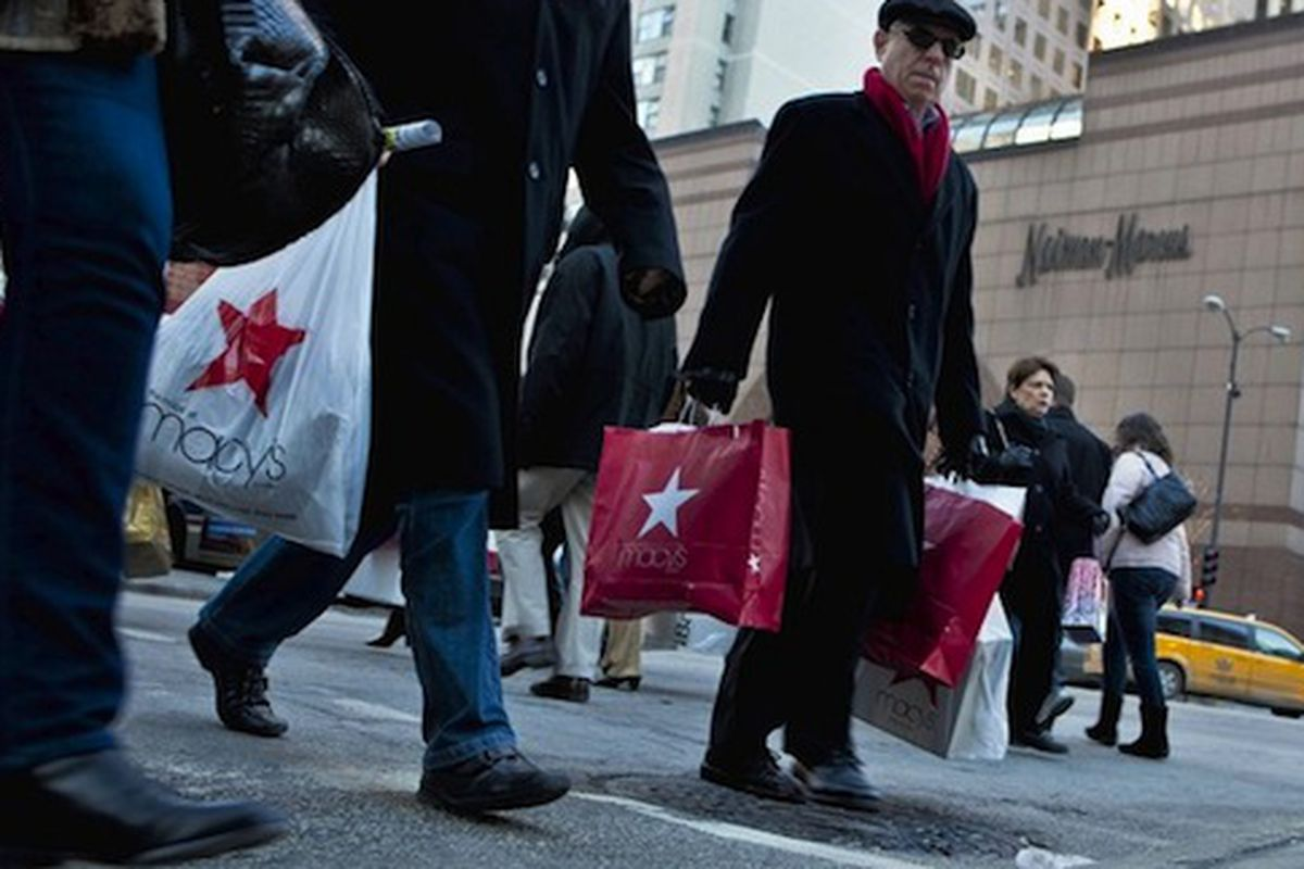 """Shoppers out in full force the day after Christmas. Image via <a href=""""http://www.chicagotribune.com/business/ct-biz-1226-gift-returns--20101226,0,1511895.story"""">Chicago Tribune</a>"""