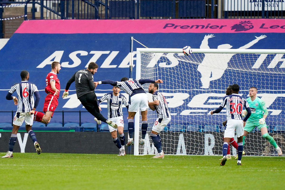 Liverpool vence a West Bromwich con gol de Alisson en el último segundo