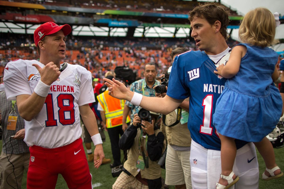 Peyton Manning talks with his brother Eli during the 2013 Pro Bowl.