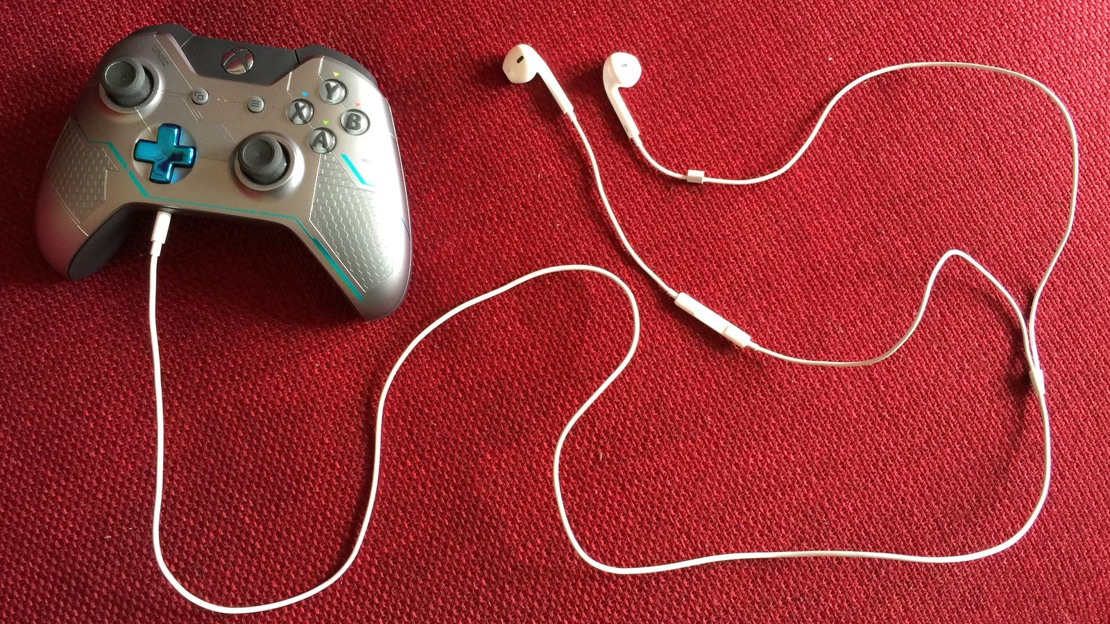 Heres How To Use Apple Headphones On Your Xbox One Controller Polygon Mono Headset Microphone Jack Wiring