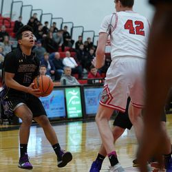 Rolling Meadows' Javonte Warrener (10) sets up for a jump shot in the lane against Deerfield, Wednesday 02-06-19. Worsom Robinson/For the Sun-Times.