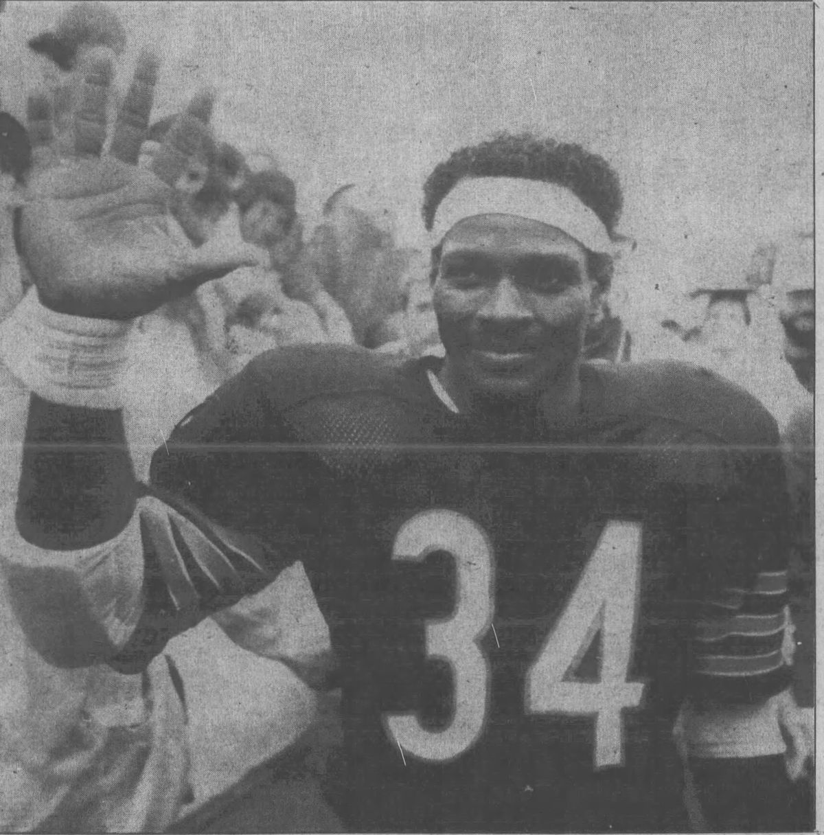 Walter Payton waves to Bears fans at Soldier Field after breaking Jim  Brown s all-time rushing record. (From the Chicago Tribune s photographer  Robert Fila 18b2d3c7a