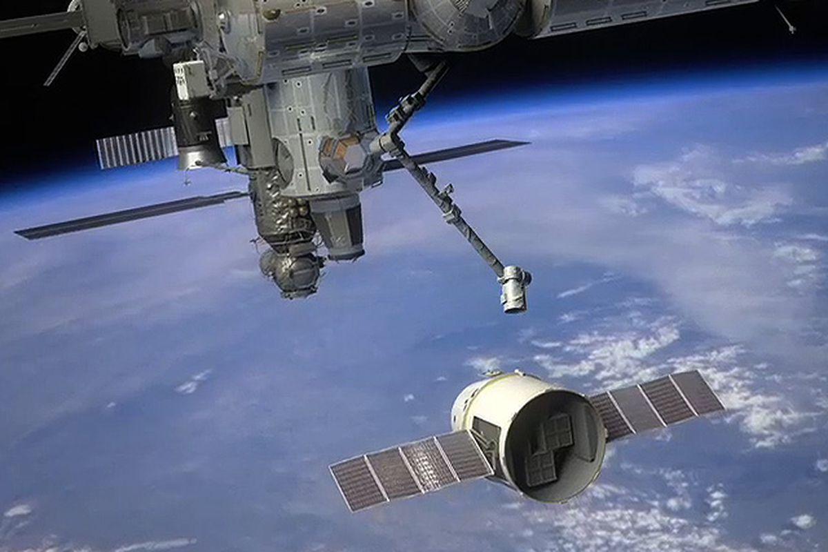 "via <a href=""http://www.spacex.com/assets/img/dragon_preparing_to_berth.jpg"">www.spacex.com</a>"