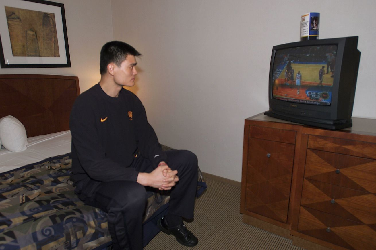 Yao watches Lakers and Knicks game