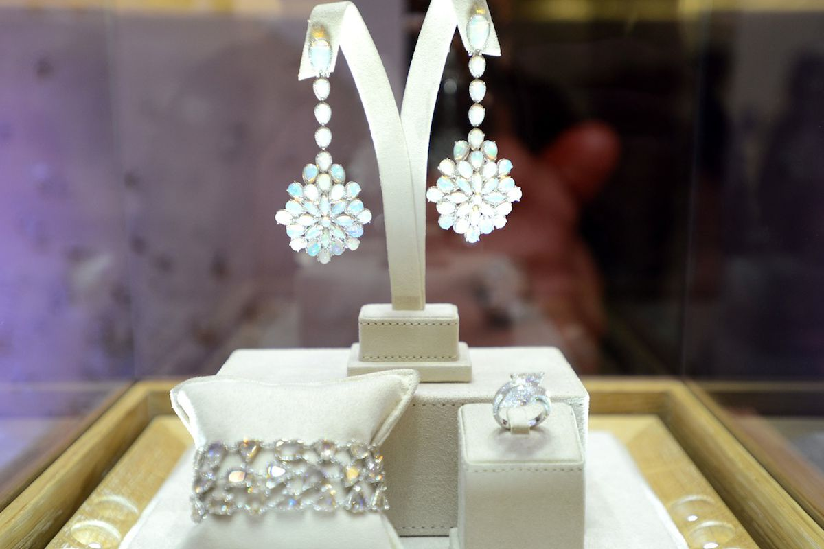 """Image <a href=""""http://miami.racked.com/archives/2014/03/19/chopard-answers-our-red-carpet-jewelry-questions-one-diamond-at-a-time.php"""">Racked Miami</a>"""