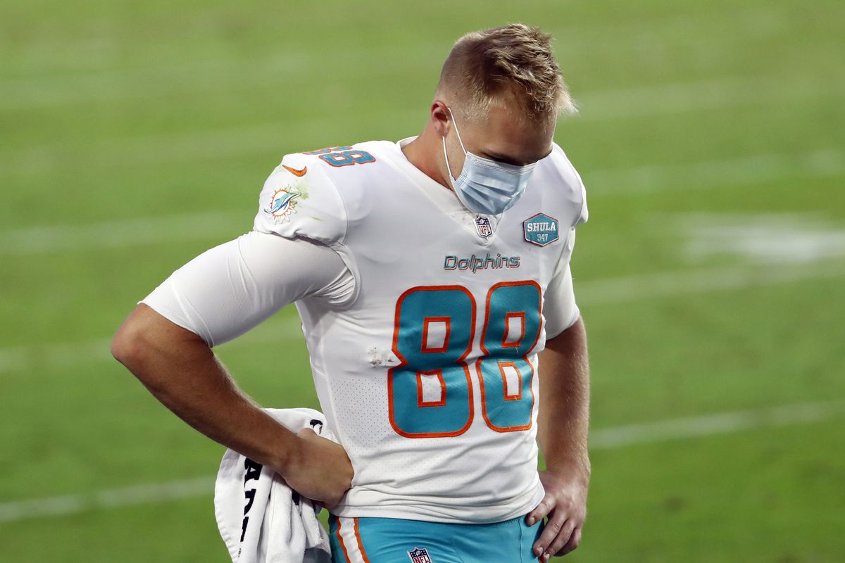 Tight end Mike Gesicki #88 of the Miami Dolphins during the fourth quarter of the NFL game against the Arizona Cardinals at State Farm Stadium on November 08, 2020 in Glendale, Arizona.