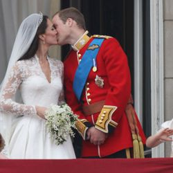 LONDON, ENGLAND - APRIL 29:  Their Royal Highnesses Prince William, Duke of Cambridge and Catherine, Duchess of Cambridge kiss on the balcony at Buckingham Palace on April 29, 2011 in London, England. The marriage of the second in line to the British thro