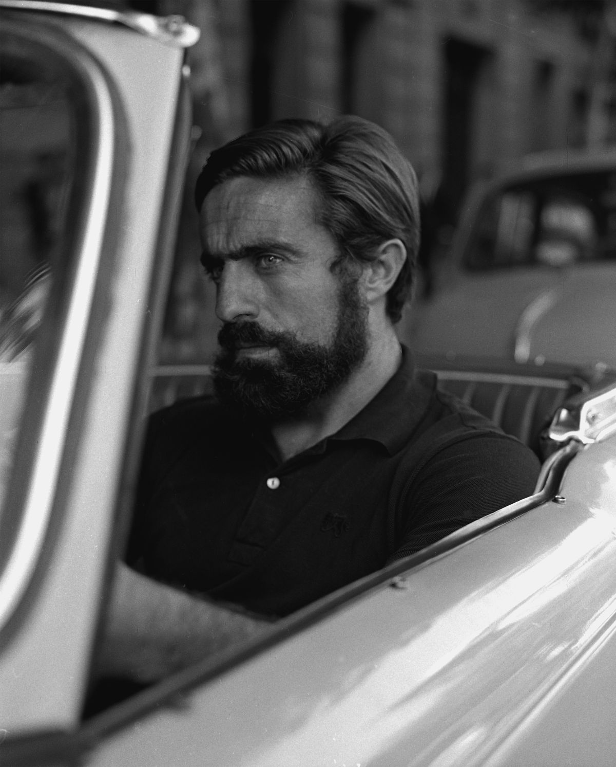 Miguel de la Quadra-Salcedo in a car, looking like a time-traveling Aaron Rodgers