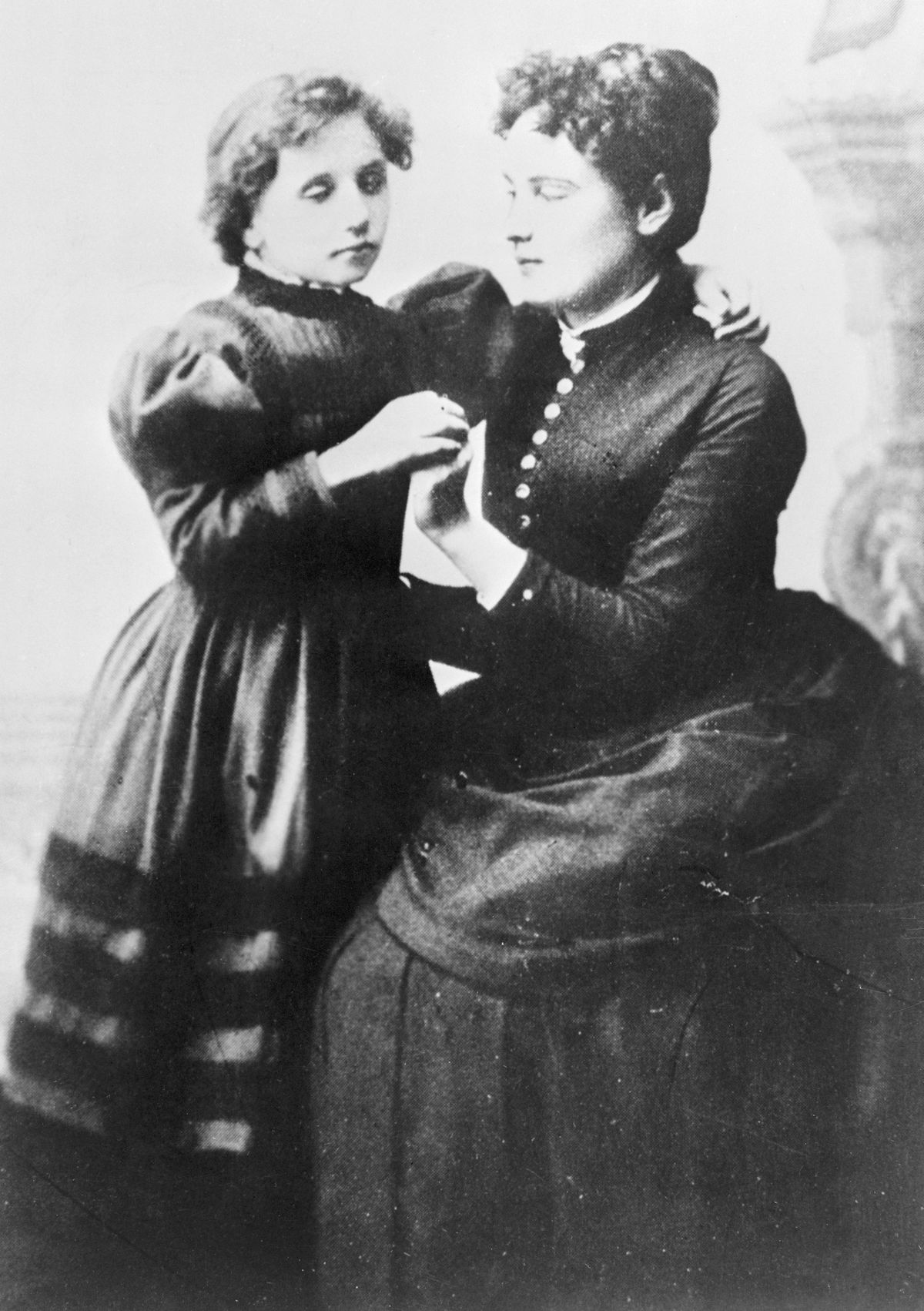 """<p zoompage-fontsize=""""15"""" style="""""""">Young Helen Keller and Anne Sullivan"""
