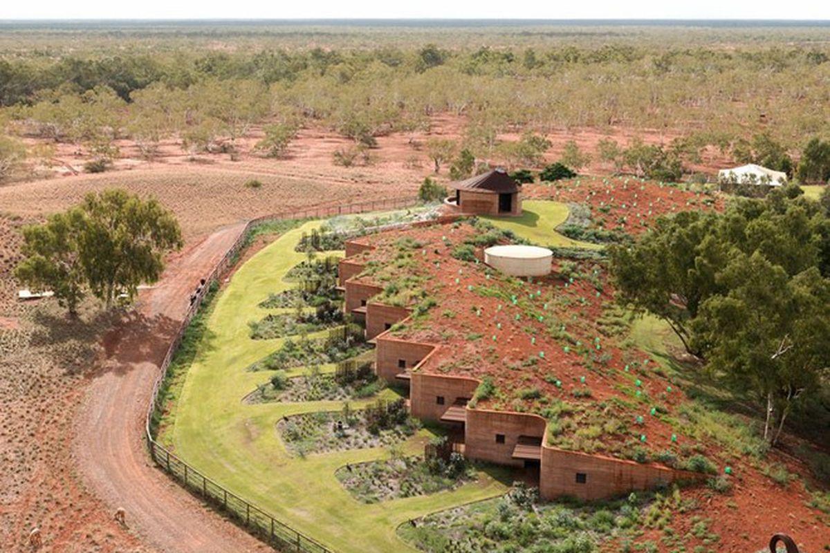 "Photos by Edward Birch via <a href=""http://www.designboom.com/architecture/luigi-rosselli-the-great-wall-of-wa-north-west-australia-08-27-2015/"">Designboom</a>."