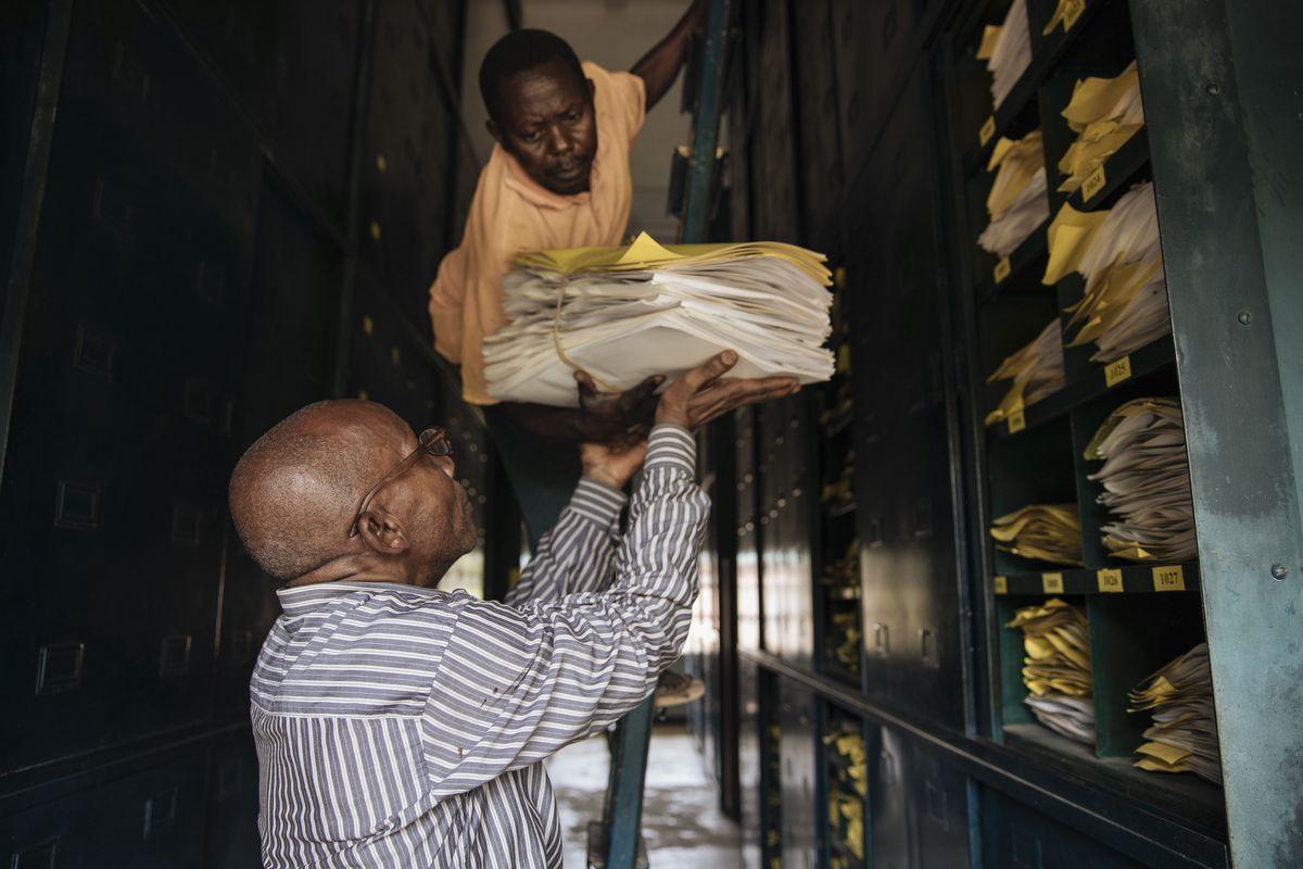Elasi Ramazani receives files on leaf samples.
