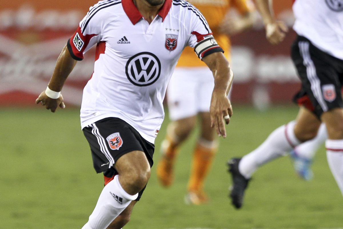 HOUSTON, TX - JULY 15:   Dwayne De Rosario #7 of the D.C. United rushes the ball up the field against the Houston Dynamo at BBVA Compass Stadium on July 15, 2012 in Houston, Texas. (Photo by Bob Levey/Getty Images)