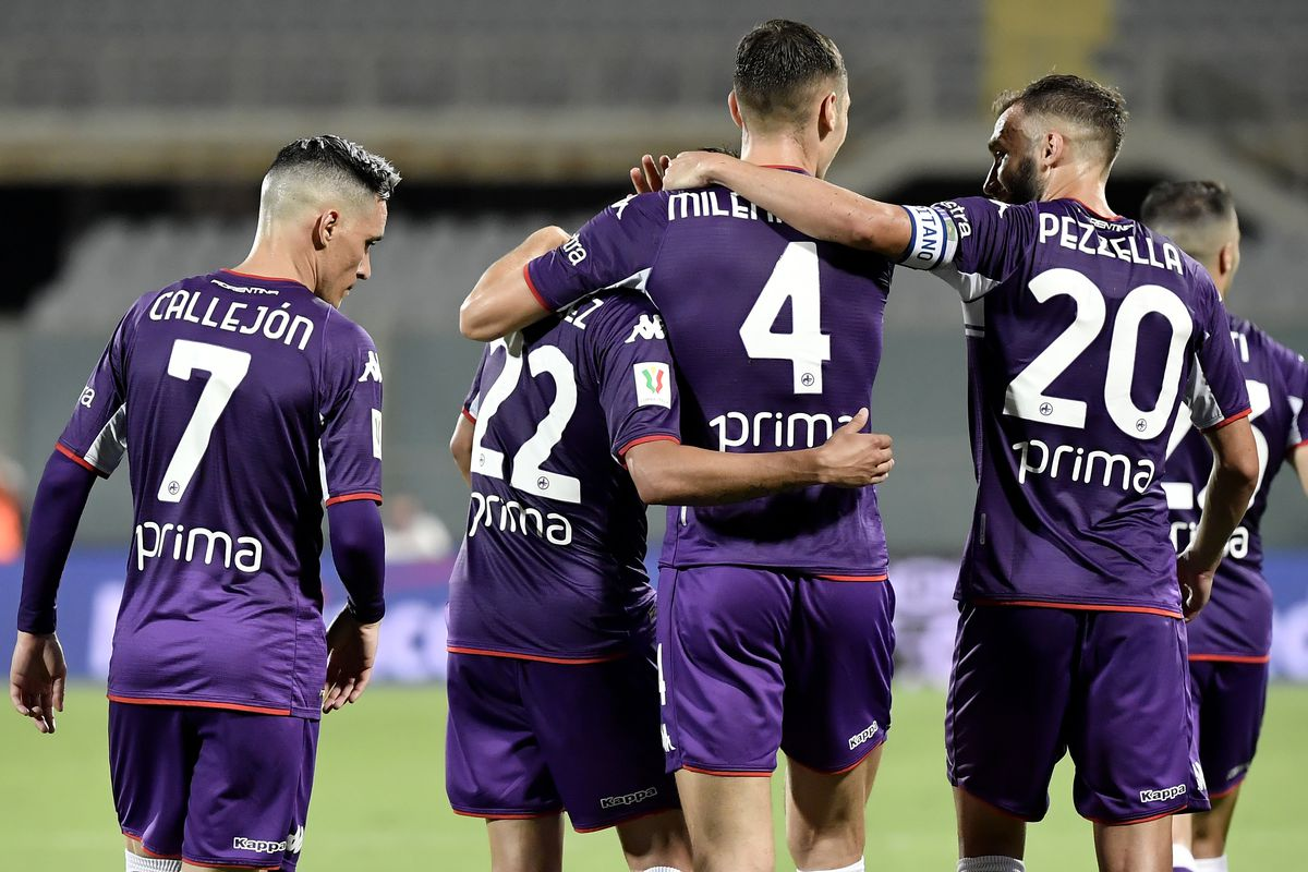 Nicolas Gonzalez of ACF Fiorentina (2L) celebrates with Jose...