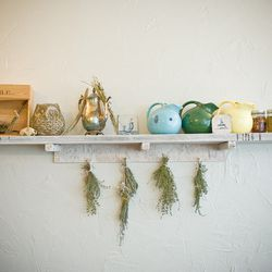 Twee objects like dried herbs, porcelain pitchers and statuettes grace the restaurant