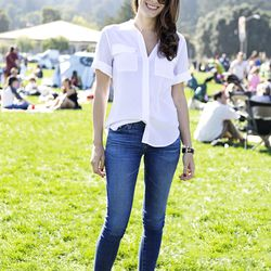 Kelly is wearing an Equipment shirt with Adriano Goldschmied jeans and Zara sandals.