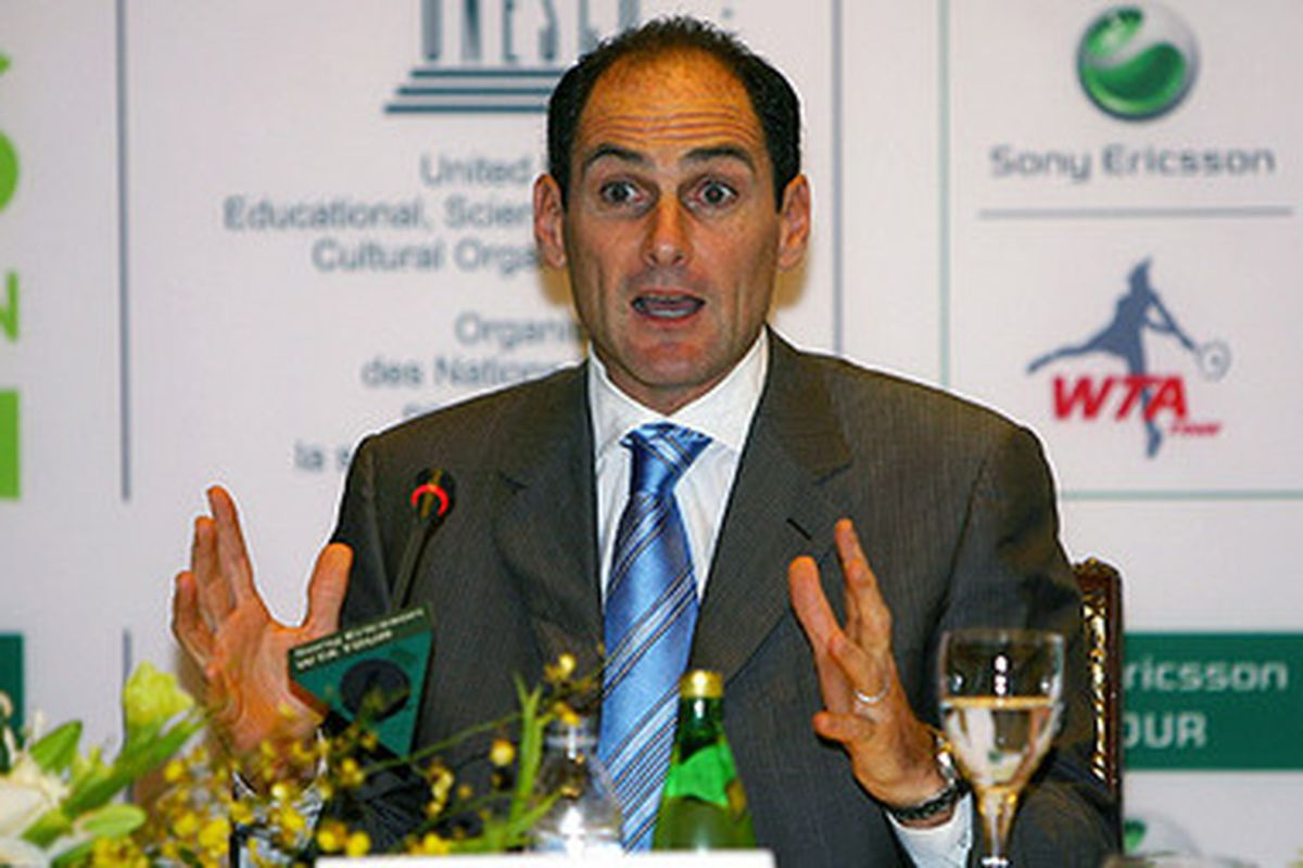 """When asked how big he wanted the Pac-10 to expand, Larry Scott excitedly stammered before making this gesture. via <a href=""""http://blog.oregonlive.com/pac10/2009/03/large_LaScott.jpg"""">blog.oregonlive.com</a>"""