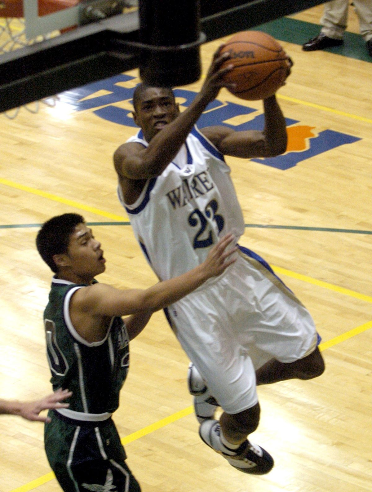 Warren's Brandon Paul, right, goes in for two against Bartlett's Jaques Smith. Sun-Times file photo.