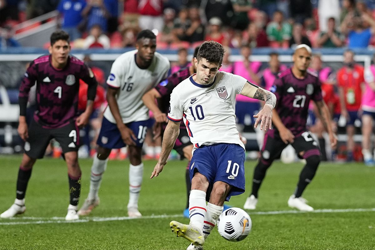 United States' Christian Pulisic (10) kicks a penalty kick for a goal against Mexico during extra time in the CONCACAF Nations League championship.