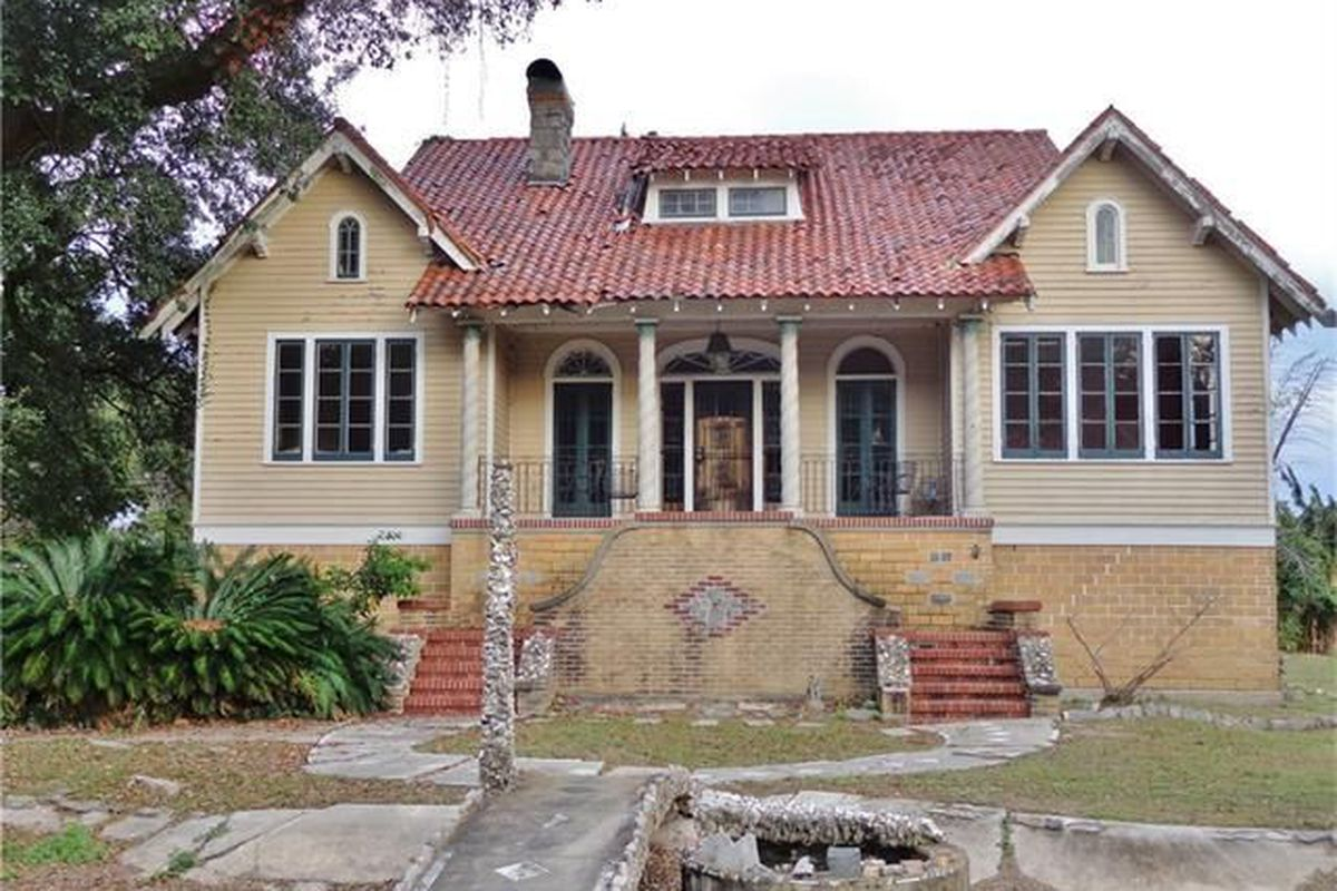 """Photos via <a href=""""http://www.realtor.com/realestateandhomes-detail/2020-Farragut-St-Unit-Suite_New-Orleans_LA_70114_M83360-93058?row=21"""">Realtor</a>"""