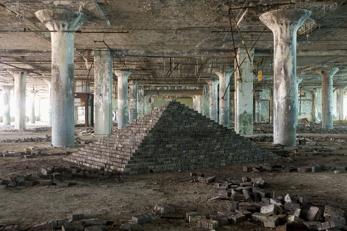 """All photos courtesy of Scott Hocking via <a href=""""http://hyperallergic.com/205716/building-monuments-amid-detroits-modern-day-ruins/"""">Hyperallergic</a>"""