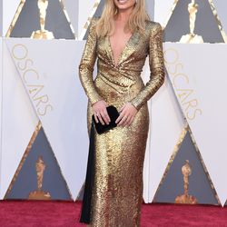 Presenter Margot Robbie cosplays an actual Oscar award in Tom Ford. Photo: VALERIE MACON/Getty Images