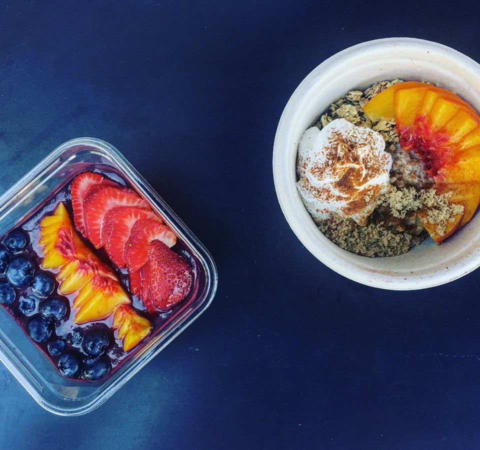 Breakfast bowls with oats and fruit