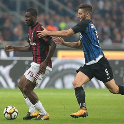 Franck Kessie of AC Milan (L) is challenged by Roberto Gagliardini of FC Internazionale Milano during the Serie A match between FC Internazionale and AC Milan at Stadio Giuseppe Meazza on October 15, 2017 in Milan, Italy.