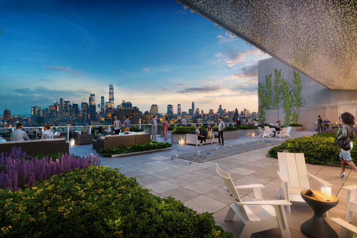 A roof terrace with a view of the Manhattan skyline in the back.
