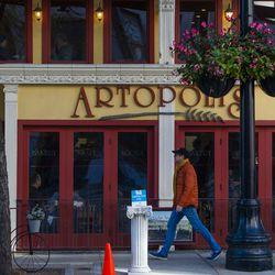 Halsted Street near Artopolis in Greektown.   Tyler LaRiviere/Sun-Times