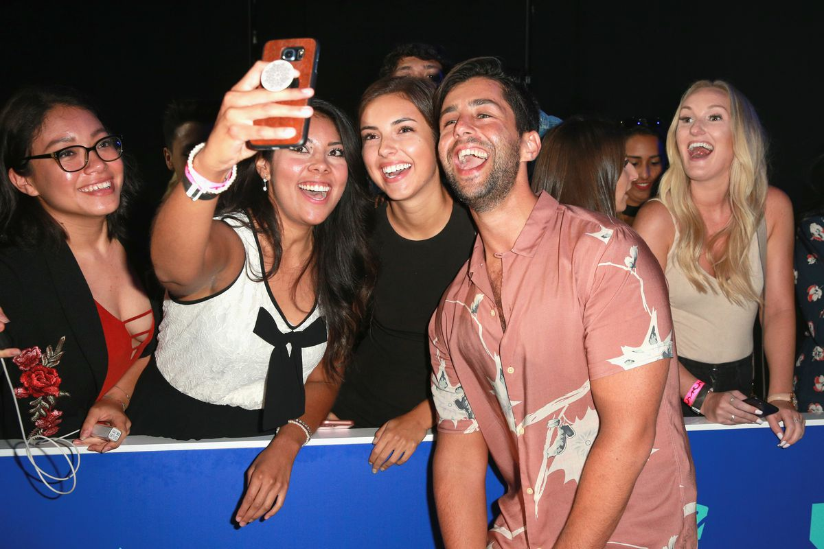Actor and internet star Josh Peck takes a selfie with fans at the 2017 MTV Video Music Awards in LA.