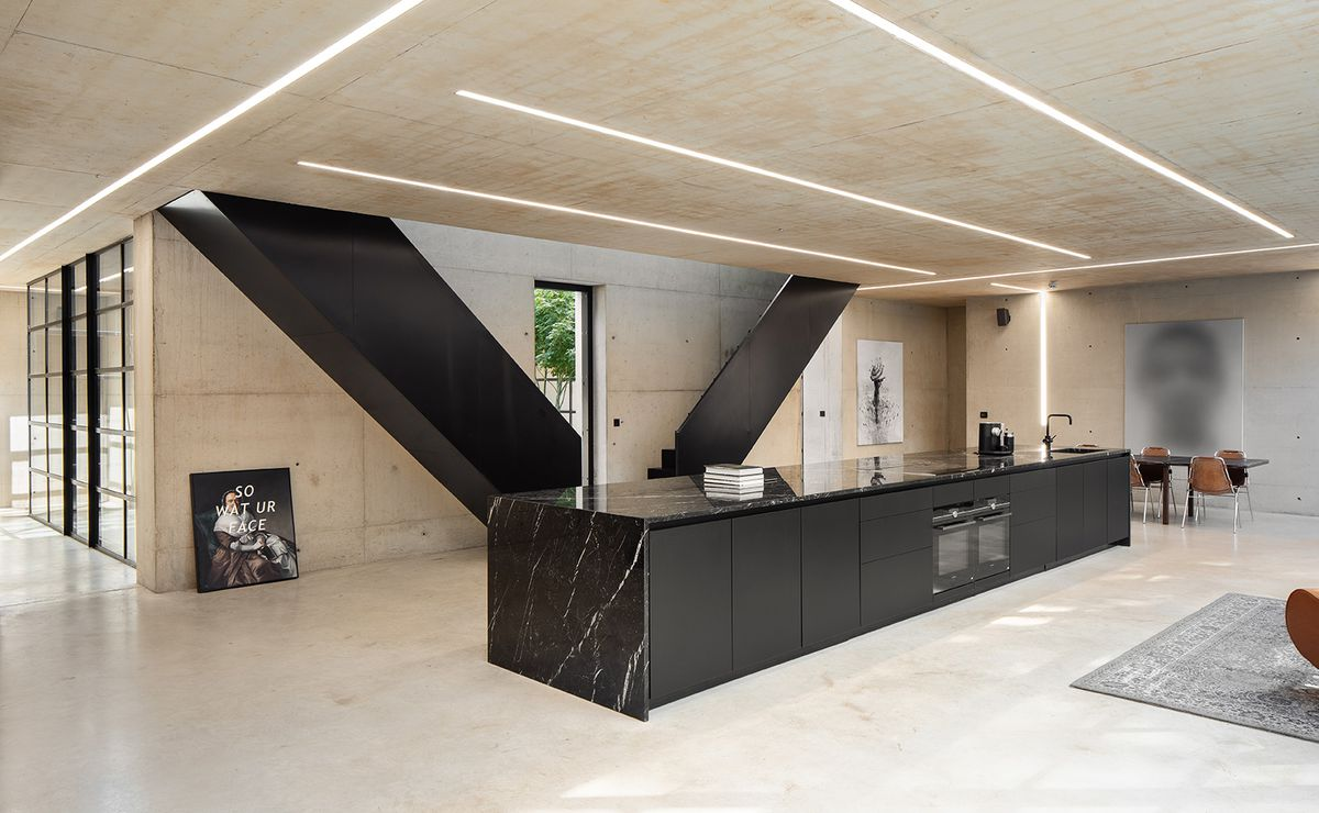 Black kitchen island in middle of room.