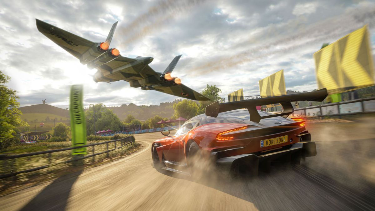 Forza Horizon 4 - fighter flying over driving car