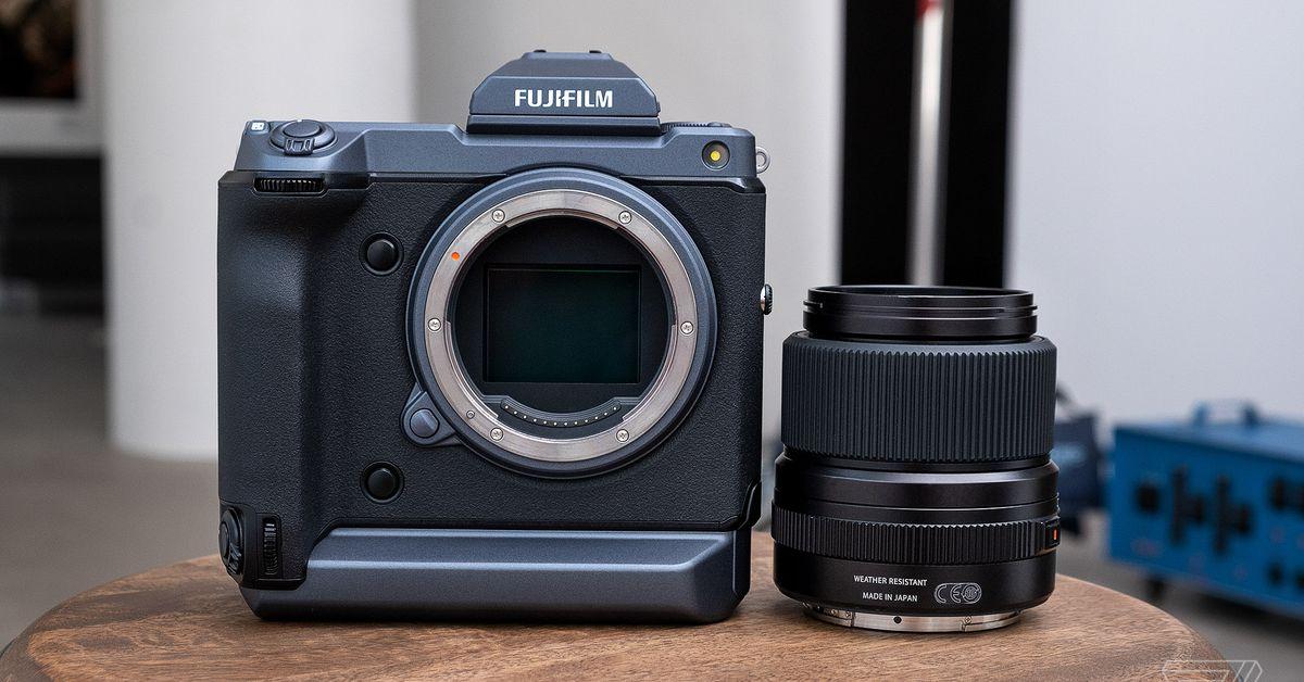 GFX 100 ของ Fujifilm เป็นกล้องฟอร์แมตขนาดกลางที่ทำหน้าที่เหมือนกระจกเงา thumbnail