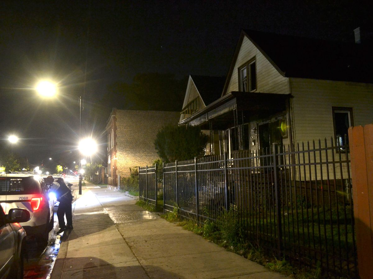 Police investigate a fatal fire about 4 a.m. Sunday, September 23, 2018 in the 1700 block of West 59th St. in Chicago.   Justin Jackson/ Sun-Times