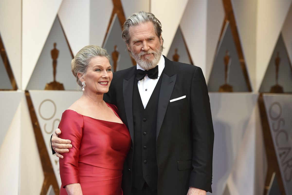 Susan Geston and Jeff Bridges arrive at the Oscars in 2017, at the Dolby Theatre in Los Angeles.