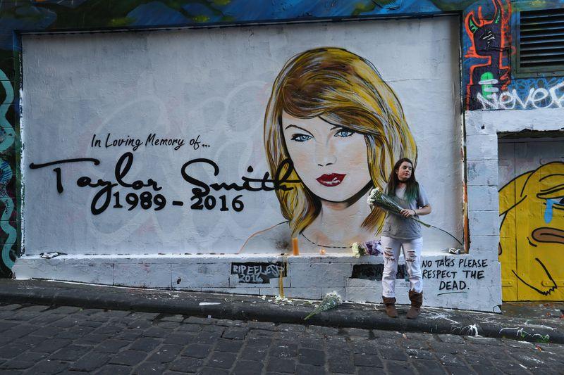 Mural Gigante 'RIP Taylor Swift' Aparece En El Hosier Lane De Melbourne
