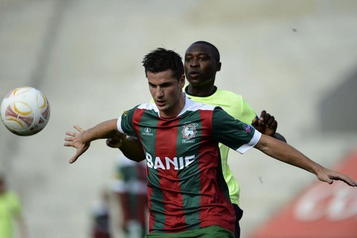 Roberge holds off Newcastle's Ameobi