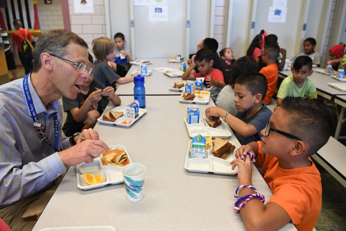 Boasberg eats lunch with students at Cowell Elementary's Summer SLAM Program in 2016.