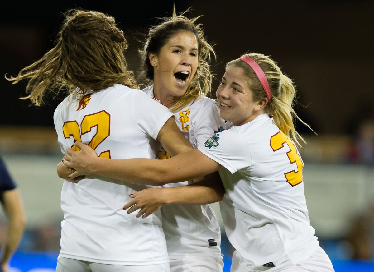 El Tri forward Katie Johnson (center) played for the University of Southern California before going pro and playing in the National Women's Soccer League in the US.