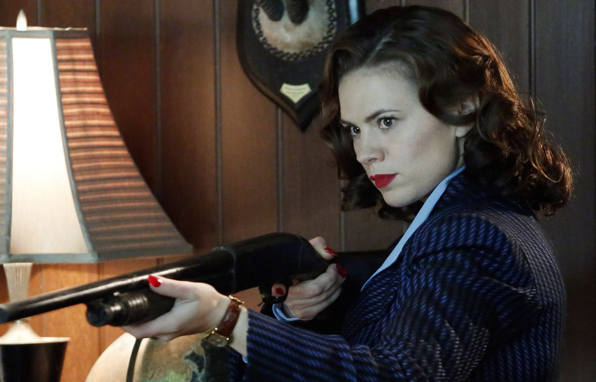 hayley atwell as agent carter holding a shotgun