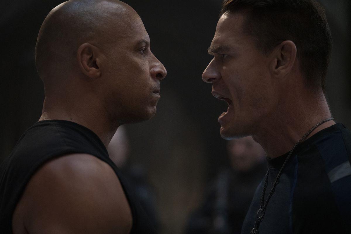 Vin Diesel et John Cena se tiennent face à face, et John Cena crie.