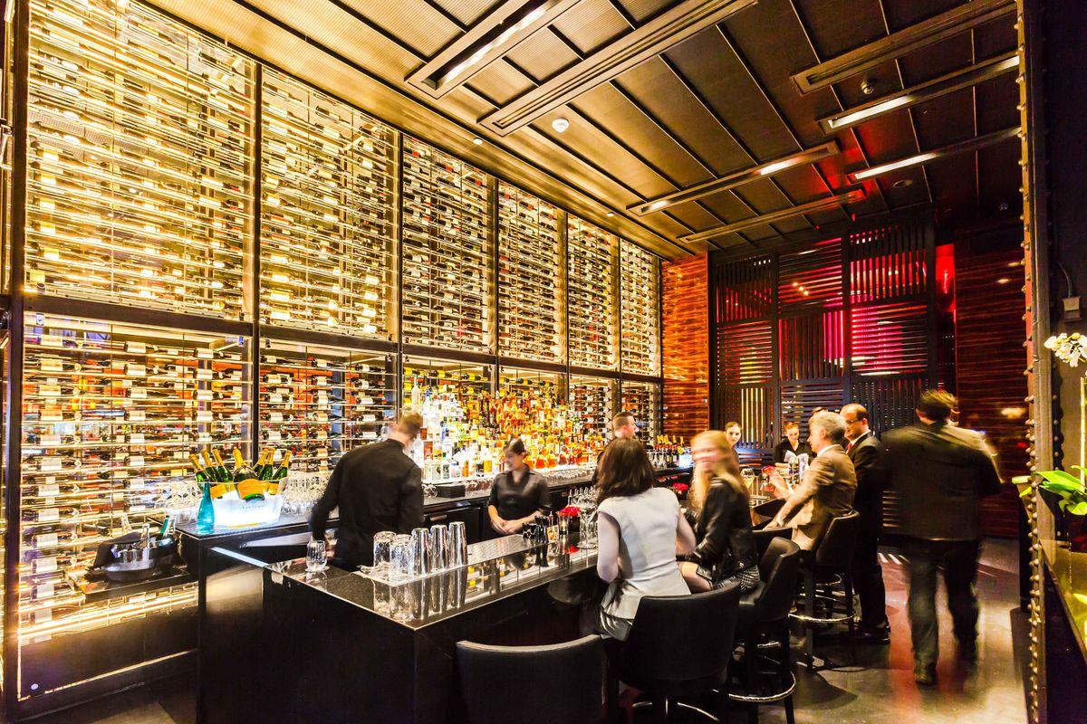 Le Grill de Joël Robuchon's bustling bar area