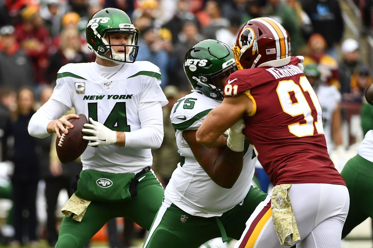 New York Jets quarterback Sam Darnold prepares to throws the ball as Washington outside linebacker Ryan Kerrigan rushes during the first half at FedExField.