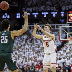 Tyler Wahl tosses an alley-oop to Nate Reuvers for an opening statement in the second half.