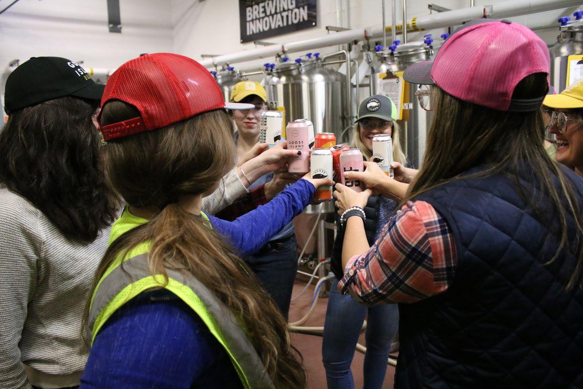 Mujeres cerveceras en Goose Island, elaborando una cerveza especial llamada Women of the House, en el Día Internacional de la Cerveza de las Mujeres, jueves 13 de febrero de 2020. | Brian Rich / Sun-Times