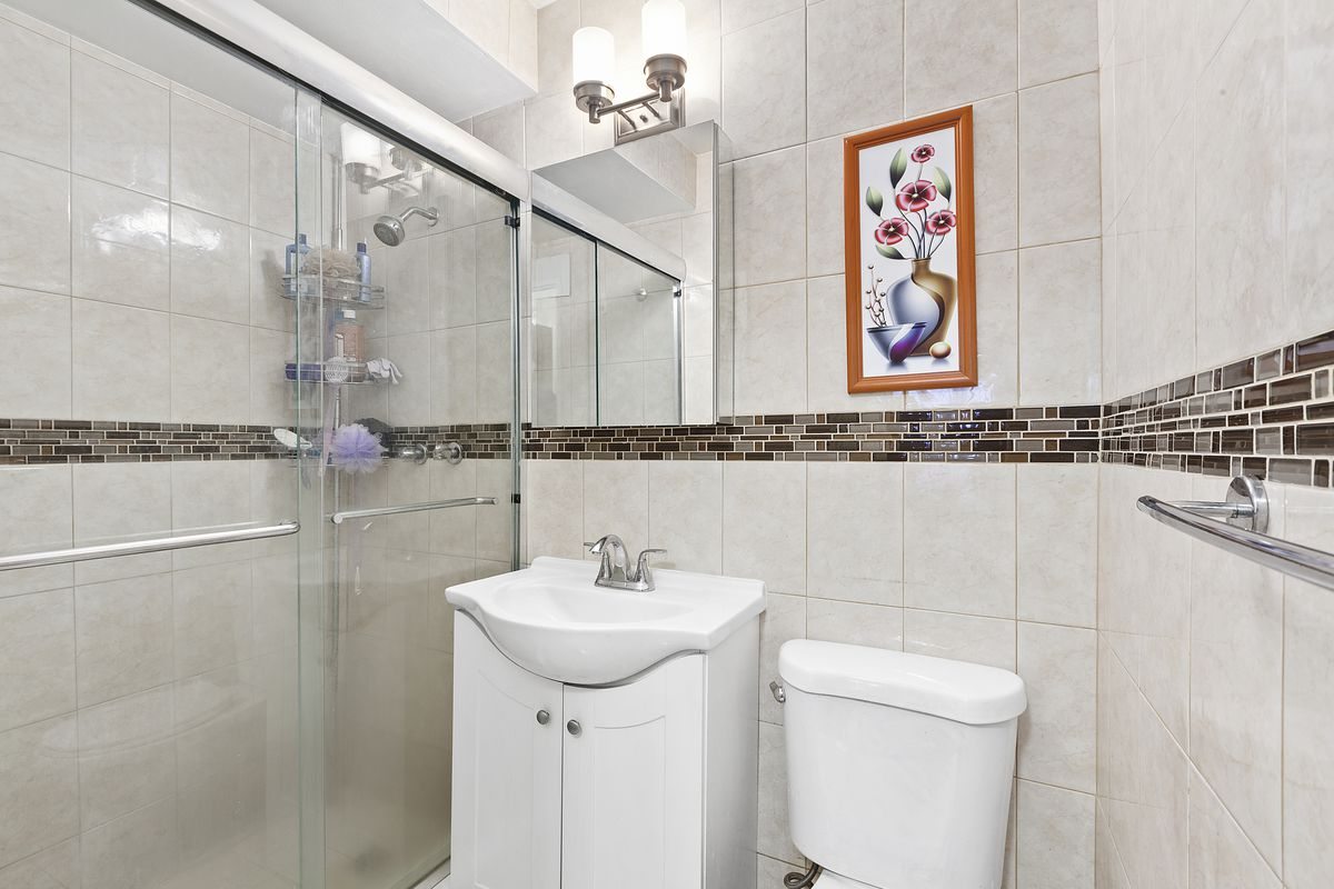 A bathroom with beige tiles.